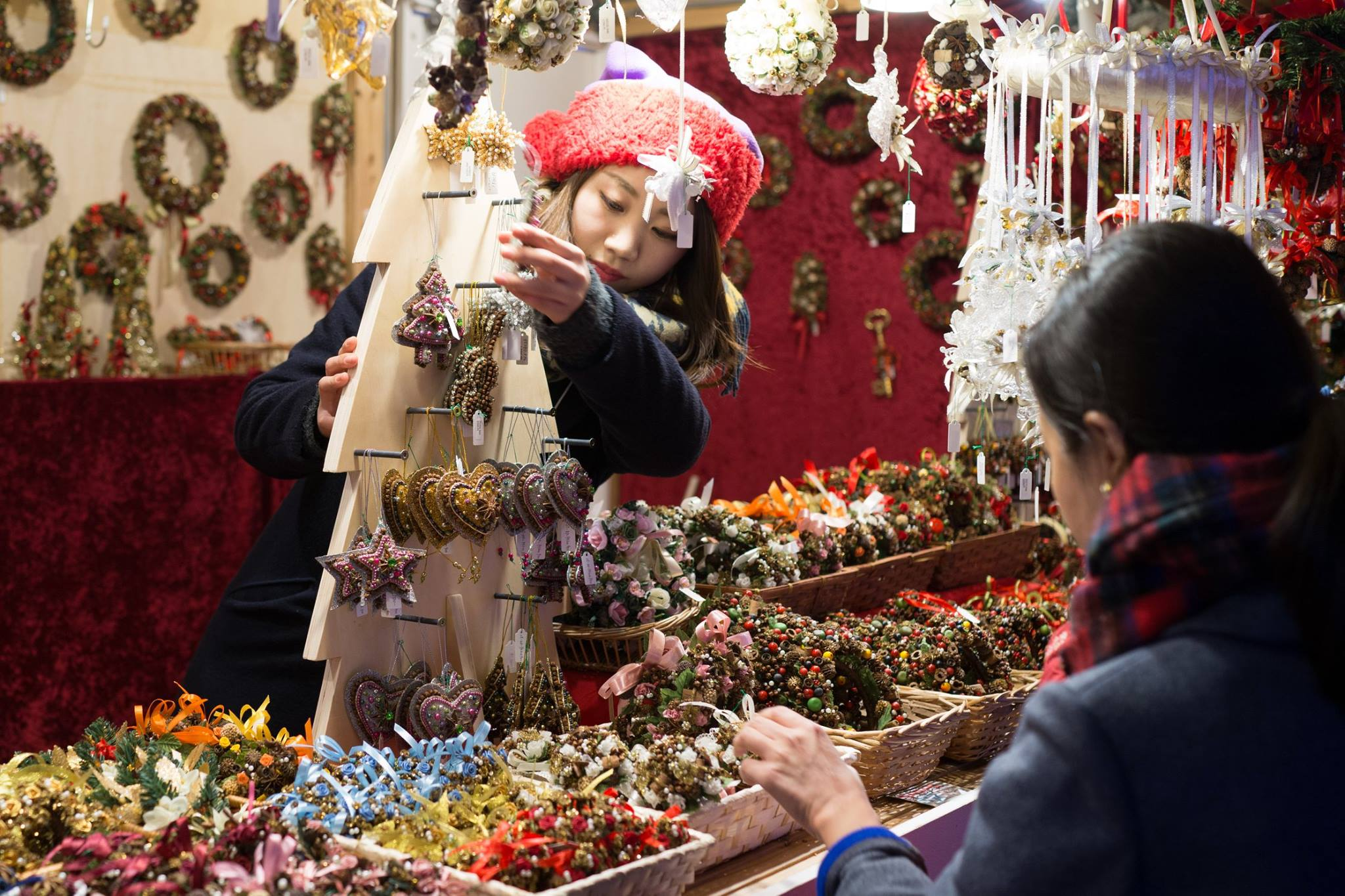 博多駅前のクリスマスツリーのディスプレイ販売