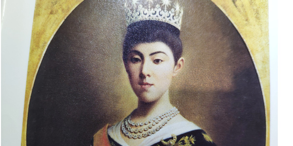 ダイヤモンドジュエリーを身につける皇后